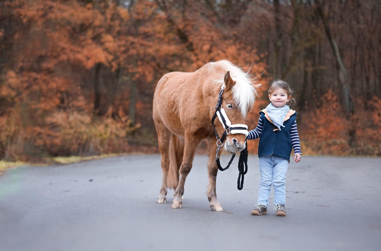Martha mit Pony Karlchen
