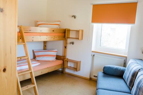 Kinderzimmer mit Doppelstockbett und Schlafcouch