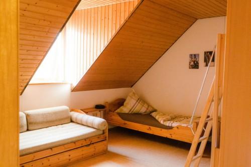Schlafzimmer mit Doppelstockbett, Einzelbett und Schlafcouch