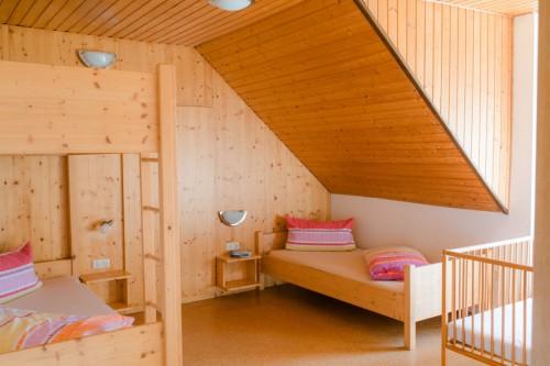 Kinderzimmer mit Doppelstockbett und Einzelbett
